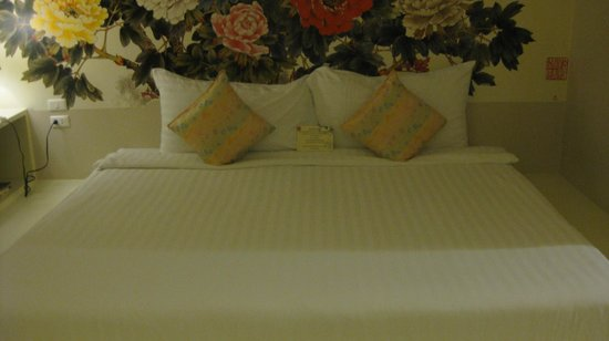 Sino House Phuket Hotel and Apartment : Large king bed