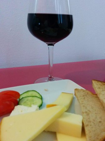 Hotel Christina: Complimentary cheese platter and wine