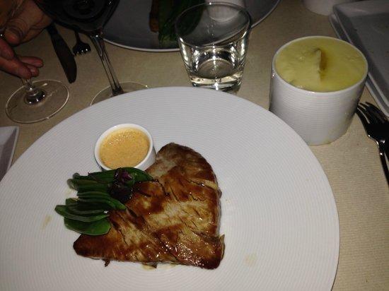 KONG : Tonno Scottato Con Salsa Di Soia e Curry E Purea Di Patate