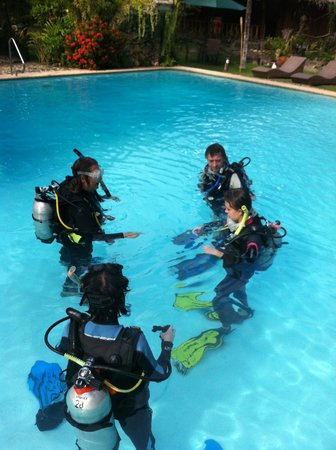 Oasis Resort : Diving exercises in the hotel pool