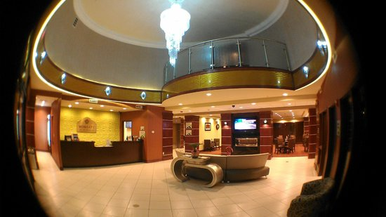 Wingate By Wyndham Tulsa : Lobby (taken with a fisheye lens)