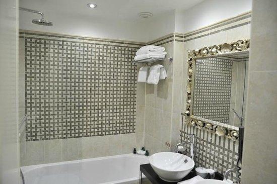 Hotel Ares Paris: La salle de bain