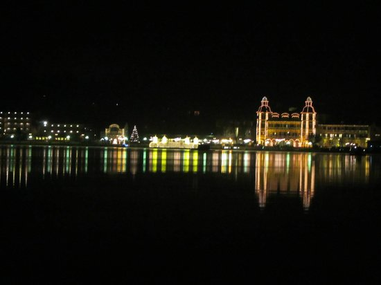 Hotel Barry Memle Lakeside Resort: view of Velden at night from hotel