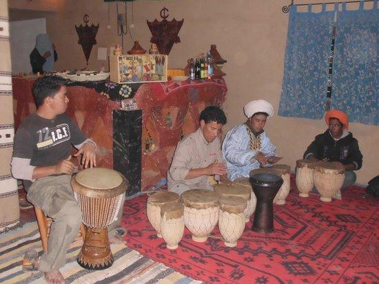 Ouzina, Marokko: La música por las noches..