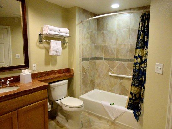 Marriott's Newport Coast Villas: Vista del baño del dormitorio pequeño