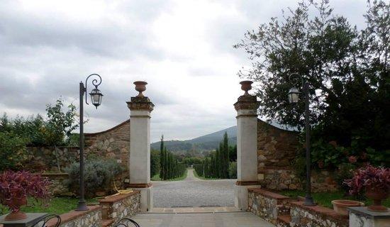 Hotel Villa Cheli : Majestuosa entrada, típica de la Toscana