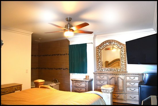 Sunset Motel: King Bed Jacuzzi Suite