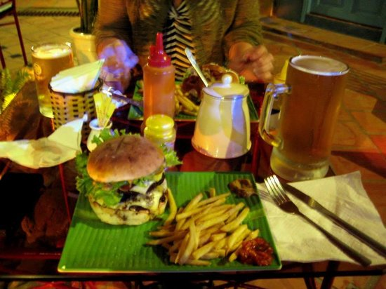 Winston's Burgers & Beer : Now That's a BURGER!