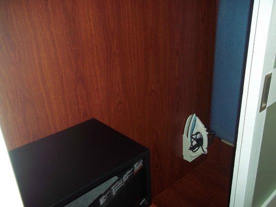 Hotel Riu Bambu : dentro del placard tenes caja fuerte, planchador y plancha