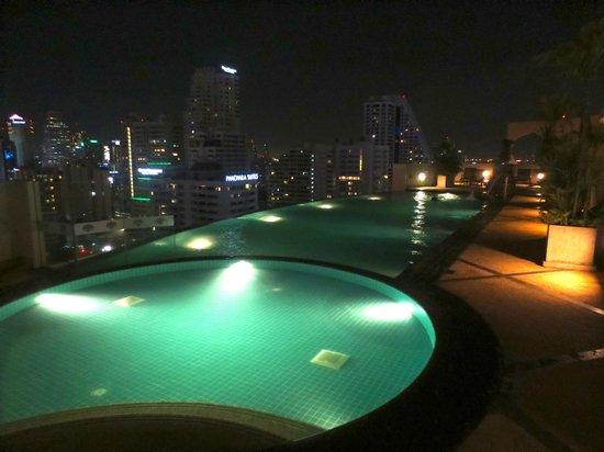 Shama Sukhumvit Bangkok: rooftop pool by nite