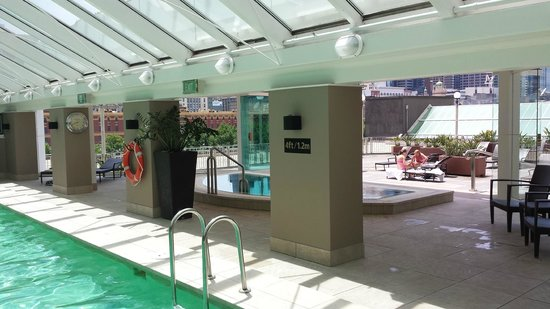 The Langham, Melbourne: Gorgeous pool and jacuzzi area