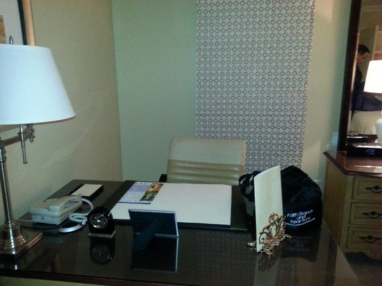 The Ritz-Carlton Orlando, Grande Lakes : Desk and Work Area