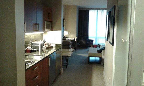 Trump International Hotel & Tower Chicago : Entrada a la habitación con la pequeña cocina a la izquierda.