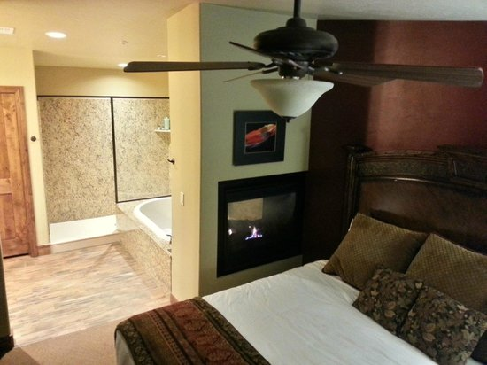 Cable Mountain Lodge : See-thru fireplace, jetted tub and LARGE shower