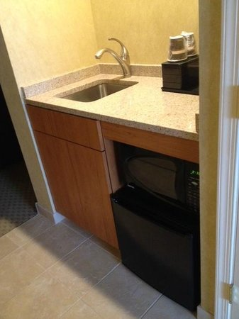 Embassy Suites by Hilton Philadelphia-Valley Forge: Mini fridge and microwave