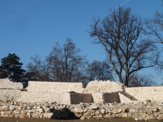 Cetatea Taraneasca Rasnov: на территории замка...