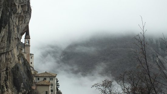 Santuario Basilica Madonna della Corona: еще вид вокруг