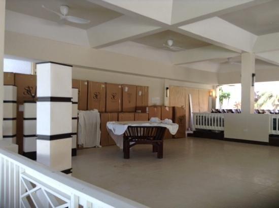 Radisson Grenada Beach Resort : one of the restaurants closed, no glass in windows etc.