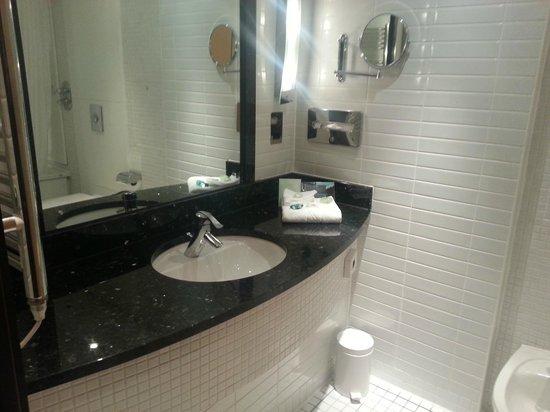 Arora Hotel Manchester: bathroom