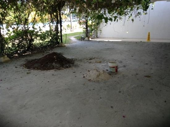 Radisson Grenada Beach Resort: builders mess on main walkway outside closed restaurant