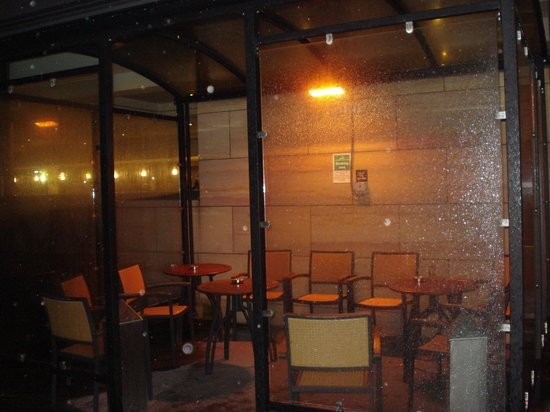Clayton Hotel Manchester Airport : Smoking shelter, unusually quiet.