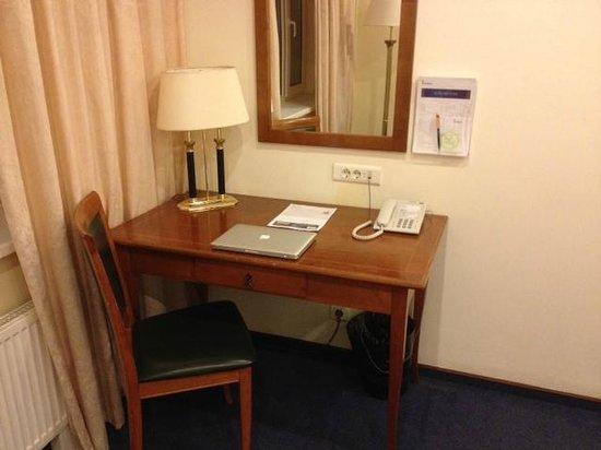SunFlower Park Hotel: Escritorio