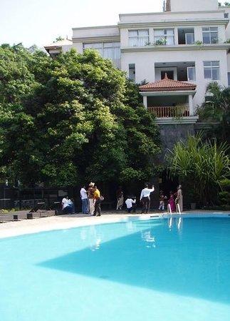 Hotel Thilanka: poolside at hotel