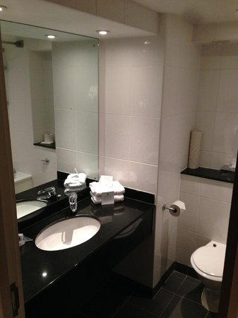 Holiday Inn Brentwood: Bathroom