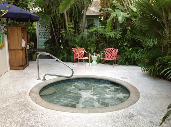 Pineapple Point Guest House and Resort: One of the two hot tubs