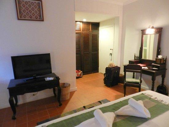 Maison Dalabua Hotel: Room 106 Entry & Closet