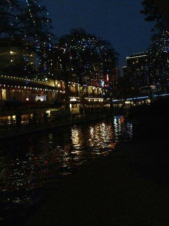 Hilton Palacio del Rio : The River Walk Decorated for the Holidays