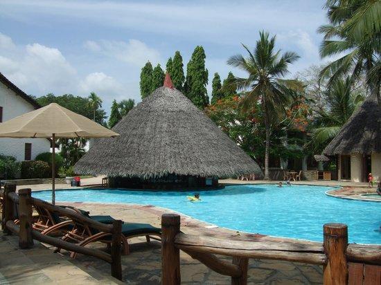 Pinewood Beach Resort & Spa: Poolside