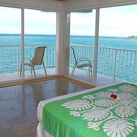 Hilo Naniloa Hotel: Deluxe Ocean Front Corner Room
