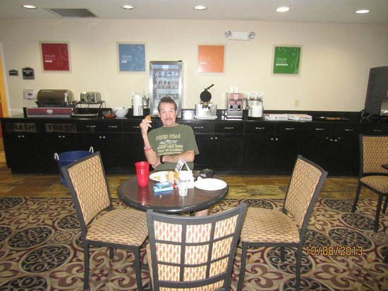 Comfort Inn & Suites: Breakfast Area - Very nice breakfast