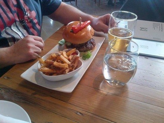 Harpers Landing Grill Hub Restaurant : Harpers Burger at Harper's Landing Oakville