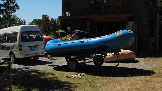 Ko'KayaK : Preparando las balsas en la base antes de la sesión de rafting