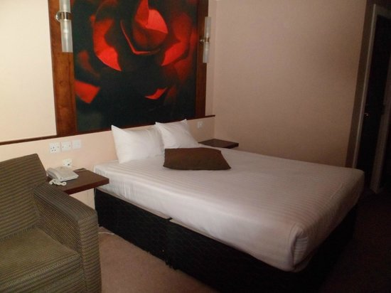 Ramada Glasgow Airport Hotel: Comfortable Bed