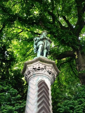 Jardin du Petit Sablon : statue