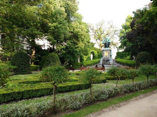 Jardin du Petit Sablon: fountain