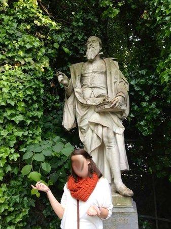 Jardin du Petit Sablon: guild statue