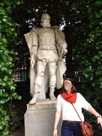 Jardin du Petit Sablon : guild statue