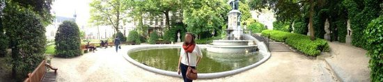 Jardin du Petit Sablon: panorama with creepy swirly face