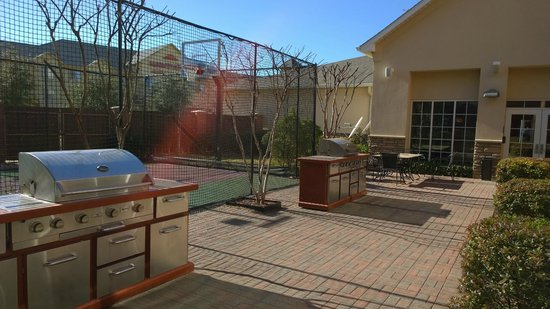 Homewood Suites by Hilton Irving - DFW Airport: Grills, Basketball Court