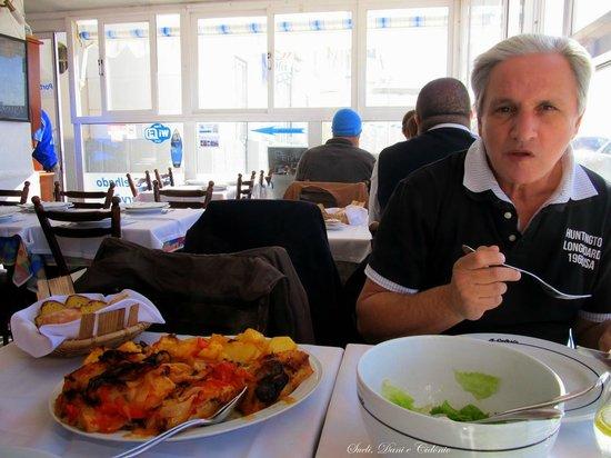 Restaurante Celeste : Bela porção de Bacalhau ao Forno ! Ao fundo da sala de gorro azul...uma surpresa!
