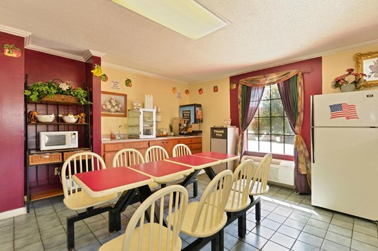 Americas Best Value Inn & Suites - Jackson Coliseum : Breakfast Area