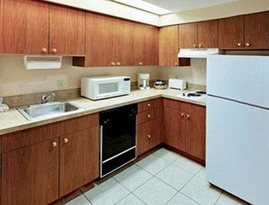 StaySky Suites I-Drive Orlando : Kitchen