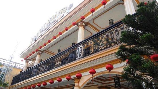Huy Hoang Garden Hotel: The front facade facing the first floor