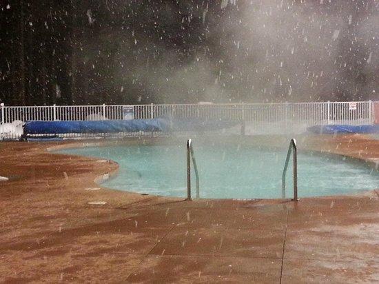 Crazy Creek Resort and Hot Pools : Snowing at Hot Pools