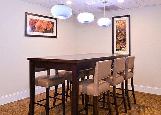 Comfort Suites University - Research Park: Conference Table