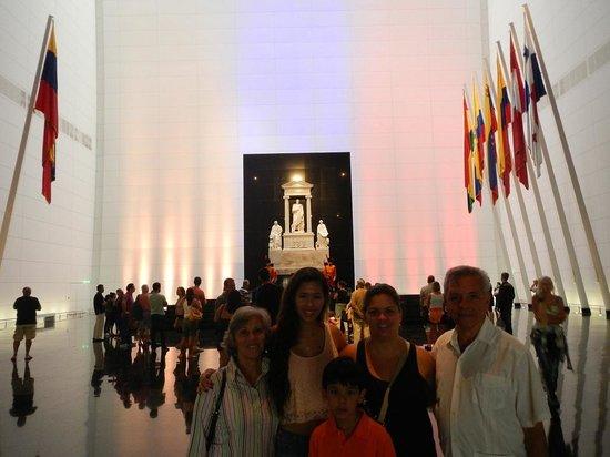 Panteón Nacional: Mirada del nuevo edificio desde adentro con el sarcofago de Bolivar al fondo
